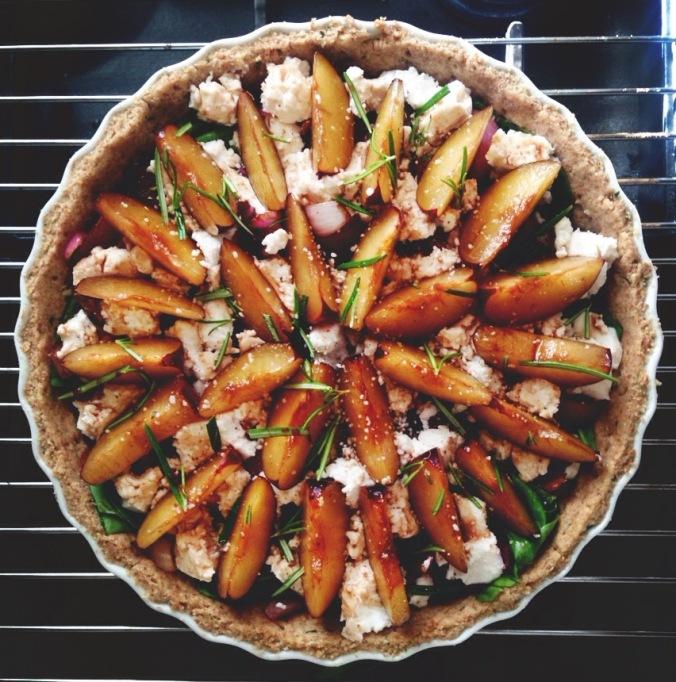 Sådan skal tærten se ud, inden den bages i ovnen igen.